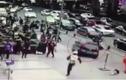 Hãi hùng ô tô điên đâm liên hoàn người đi đường vì bị truy đuổi