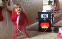 Bé gái hát karaoke đầy máu lửa gây sốt