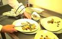 Nhà hàng chơi sang nấu tiền làm đồ ăn cho khách