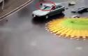 Kinh hoàng lái xe máy nằm gọn trên nóc ô tô sau va chạm