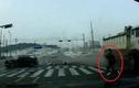 Người đi bộ thoát chết trong gang tấc lúc sang đường
