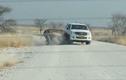 Hãi hùng tê giác nổi điên húc tung xe Jeep