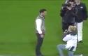 Cô gái quỳ gối cầu hôn bạn trai trên sân bóng và cái kết phũ phàng
