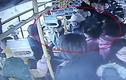 Không nhường ghế xe buýt, bà bầu bị cụ ông đánh tới tấp