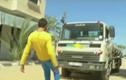 Dị nhân dùng răng kéo xe bồn nặng 15 tấn đi bon bon