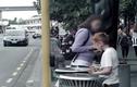 Cậu bé vô gia cư bới rác ăn, người qua đường dửng dưng