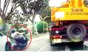 Người đi xe máy thoát chết đầy may mắn