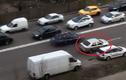 Cách tài xế thoát ùn tắc trên cao tốc vô cùng bá đạo