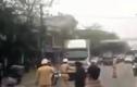 Clip: Xe tải điên cuồng bỏ chạy giữa vòng vây CSGT