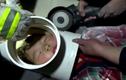 Clip: Giải cứu bé trai 5 tuổi bị kẹt đầu trong ống nhựa