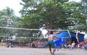Chơi bóng chuyền bằng bàn nhựa, miếng gỗ cực độc ở Sài Gòn