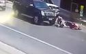 Cận cảnh pha thoát chết kỳ diệu dưới bánh xe