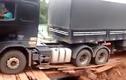 Thót tim cảnh xe tải siêu trọng vượt cầu gỗ thô sơ