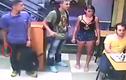 Thanh niên ung dung ngồi gặm bánh mì giữa vụ cướp có vũ trang