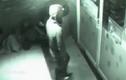 Camera an ninh ghi cảnh người đàn ông đi xuyên cửa kính như bóng ma