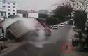 Clip cận cảnh tài xế xe tải đánh lái cứu bé trai