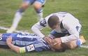 Top 10 khoảnh khắc đẫm tình người trong bóng đá thế giới
