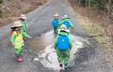 Những đứa trẻ thích thú khi nghịch vũng nước mưa