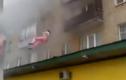 Clip kinh hoàng: Cháy nhà, bố mẹ ném con từ tầng 5