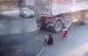Xe máy rồ ga lao vào gầm xe tải, 2 người sống sót thần kỳ