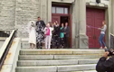 Hãi hùng màn bắn pháo bất cẩn khiến cô dâu ngã từ cao xuống