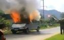 Hãi hùng cảnh ô tô 7 chỗ cháy như ngọn đuốc