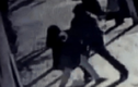 Người đàn ông táo tợn cướp trẻ sơ sinh ngay trên tay người mẹ