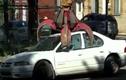 Ngáng đường xe rác, ô tô bị nghiền nát thành sắt vụn