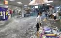Nước lũ tràn xối xả vào trung tâm thương mại, cuốn phăng hàng hóa