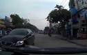 Xe sang Lexus liều lĩnh chạy ngược chiều giữa phố