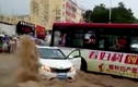 Xe buýt lao ra chặn dòng lũ dữ, cứu ôtô con ngoạn mục