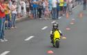 Cậu bé 3 tuổi lái mô tô thuần thục không tin nổi