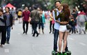 Ảnh nam nữ ôm nhau trượt xe điện thăng bằng bất chấp nguy hiểm