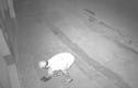 """""""Cạn lời"""" với thanh niên đi xe máy trộm... dép lúc nửa đêm"""