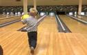 Cú ném bowling may mắn đến khó tin