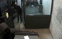 Trộm liều lĩnh dùng xe tải kéo bật cây ATM của siêu thị