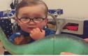 """Dân mạng """"chao đảo"""" với cậu bé đeo kính cận siêu dễ thương"""