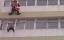 Lính cứu hỏa tung cước đạp cứu người định nhảy lầu tự tử