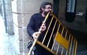 Ngỡ ngàng người đàn ông dùng rào chắn làm nhạc cụ