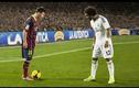 """Những pha đi bóng kỹ thuật """"như chỗ không người"""" của Messi"""