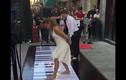 Cặp đôi nhảy múa, chơi nhạc cực đỉnh trên phím đàn khổng lồ
