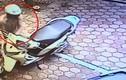 """Bẻ khóa """"nẫng"""" xe máy chỉ trong 3 giây giữa phố Thủ đô"""