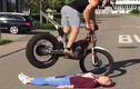 Thót tim nam thanh niên biểu diễn mô tô trên người bạn gái