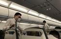 Tiếp viên hàng không Việt dùng khẩu trang để tránh virus corona