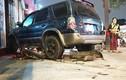 Ô tô tông liên hoàn, cuốn hai xe máy vào gầm ở Gò Vấp