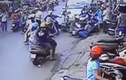 Ô tô sang đường mất lái, húc 6 xe máy