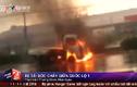 Clip: Xe tải đột ngột bốc cháy dữ dội giữa Quốc lộ