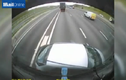 Clip: Xe tải ủi ô tô đi 100m trên cao tốc