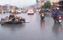 Clip: 2 xe máy đâm nhau trực diện trong mưa