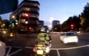 Lái xe liều mình vượt đèn đỏ ngay trước mặt cảnh sát